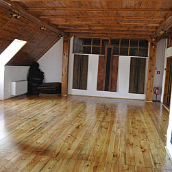 Renowacja podłogi na sali medytacyjnej w Domu Gości